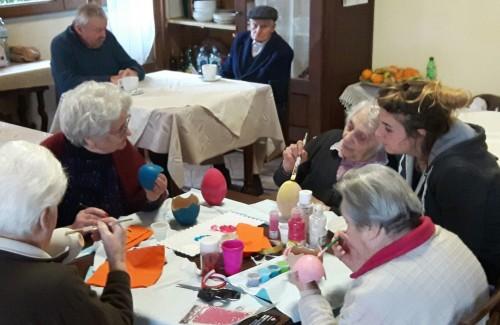 Arezzo: gli anziani delle case famiglia al lavoro per preparare le uova di Pasqua